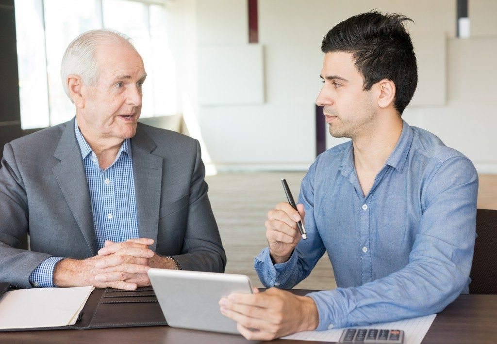 Senior manager mentoring an associate