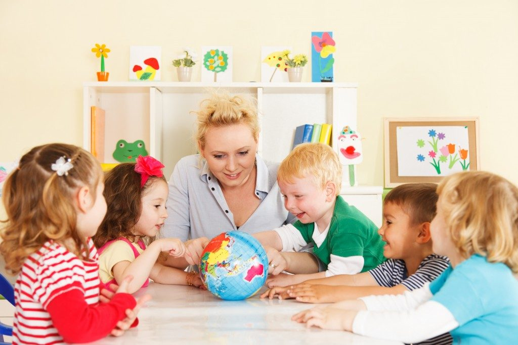 woman teaching kids